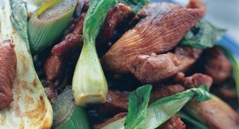 شرائح اللحم المقلية مع صلصة الفول الأسود
