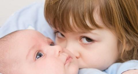كيف تتم السيطرة على الغيرة بين الأشقاء؟