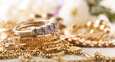 الذهب يهبط والدولار يستقر
