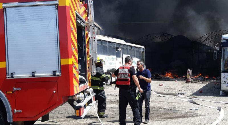 رهط : اشتعال عدد من الباصات والتسبب بحريق هائل بالقرب من خزان سولار
