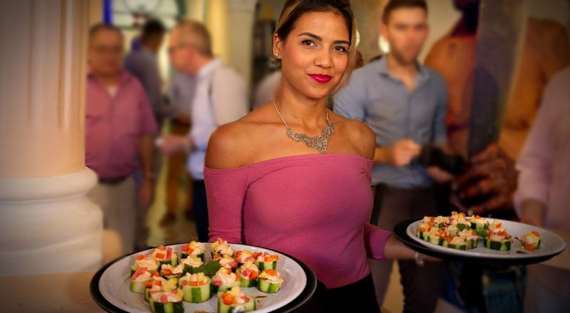 رابط غريب بين المرأة الجميلة والطعام.. هذا ما يفضله الرجال