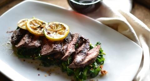 شرائح ستيك اللحم مع البابريكا والسبانخ