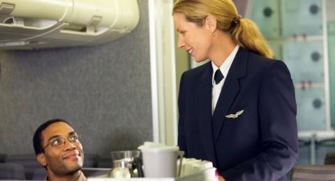 ما هو المشروب الذي ينبغي أن تشربه اثناء الطيران؟