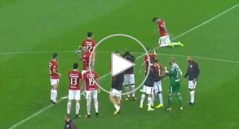لاعب برازيلي يقطع الملعب مشيا على ركبتيه!