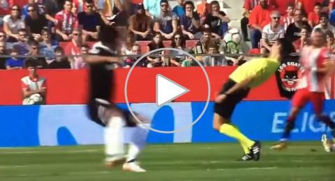 حكم إسباني يتجنب لمس الكرة بحركة