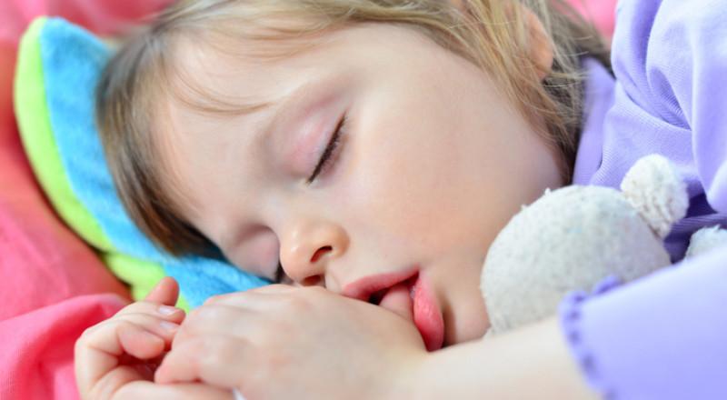 لماذا طفلي عمره سنتين يضع يده في فمه؟