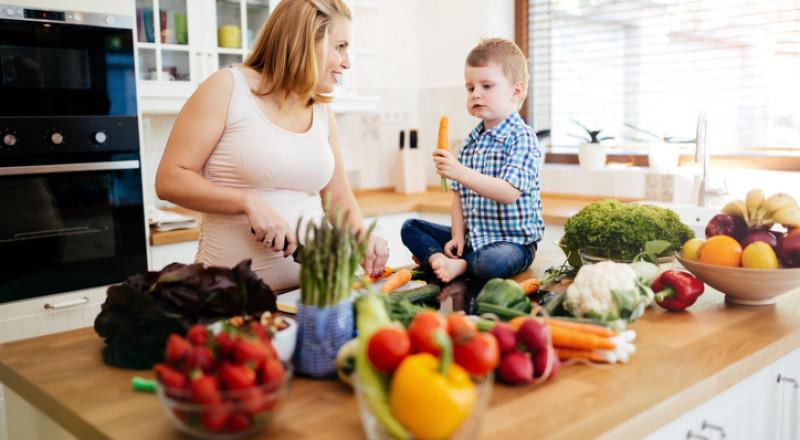 حيل سهلة وبسيطة لتشجيع طفلك على أكل الخضار