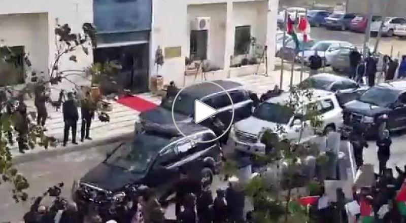 متظاهرون يلقون البيض والأحذية على وزير خارجية كندا في رام الله