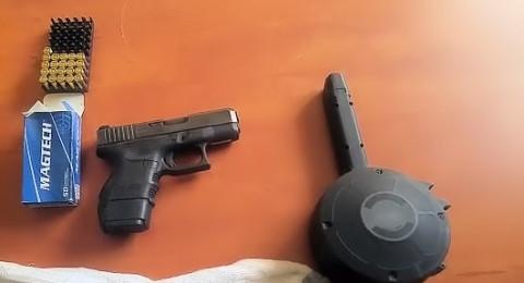 اللد: ضبط مسدس، مشط وذخيرة في تفتيش داخل سيارة