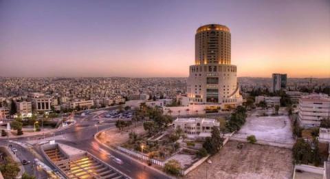 فندق وسط الأردن يكتسي بألوان العلم الروسي