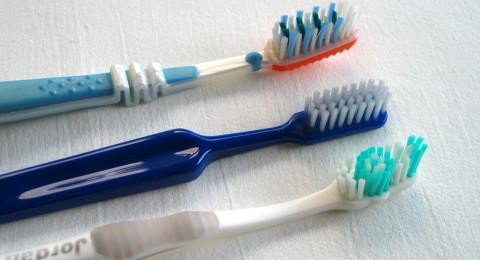 تبليل فرشاة الأسنان .. قبل أم بعد وضع المعجون؟