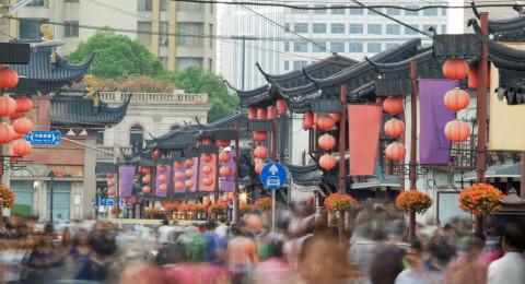 فتيات عاريات يرقصن في الجنازات بالصين .. والسبب؟