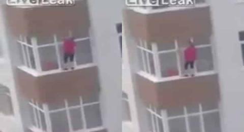 امرأة تخاطر بحياتها لتنظيف الزجاج