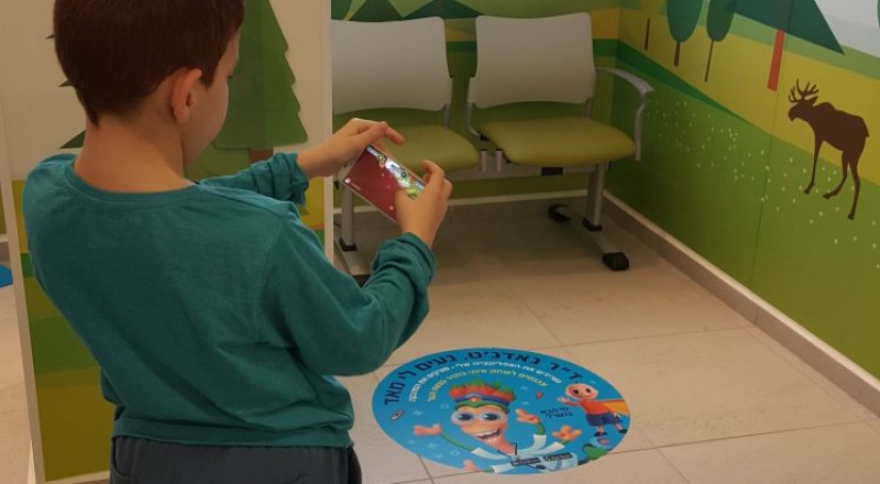 تطبيق جديد في مراكز صحة الطفل في كلاليت لواء الشمال، يدمج بين الألعاب والفيديوهات التحضيرية بهدف التقليل من خوف الأطفال قبل تلقي العلاج الطبي