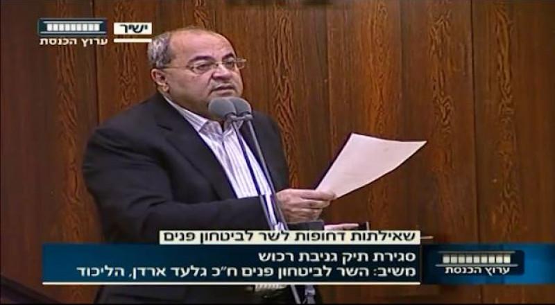 الطيبي يستجوب وزير الأمن الداخلي حول قيام الشرطة باغلاق ملف التحقيق في سرقة حقيبة محمود درويش
