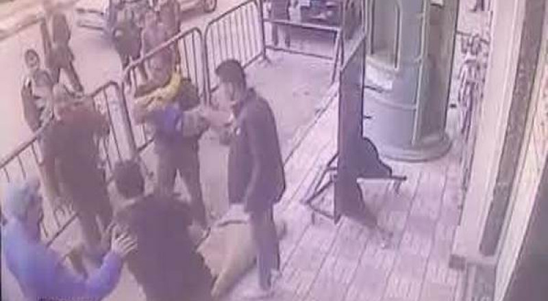 رجل أمن مصري ينقذ طفلاً سقط من الطابق الثالث بطريقة مذهلة