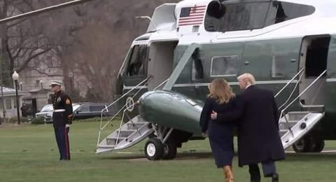 ترامب ينقذ زوجته من السقوط أرضاً بعد تعثرها أثناء سيرهما معاً