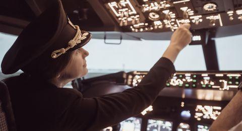 بعد السيارة.. المرأة السعودية تطالب بقيادة الطائرات