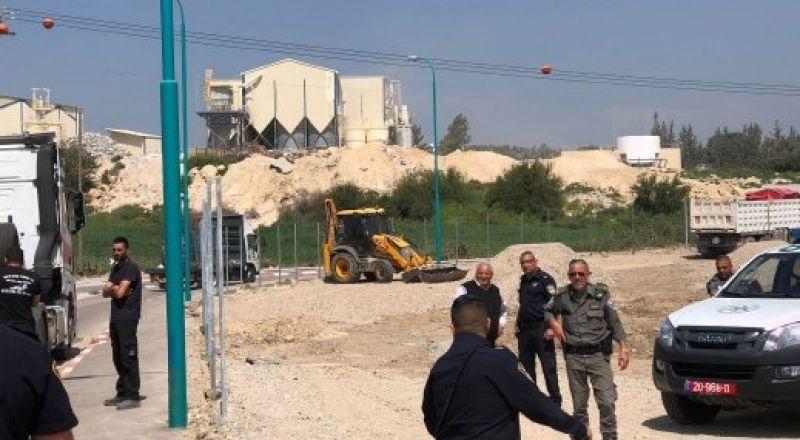 طمرة:ضبط جرافة ومضخة باطون لمشتبهين بارتكاب مخالفات بناء