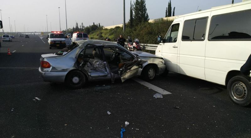 اصابة 15 شخصًا في حادث طرق على الشارع رقم 6