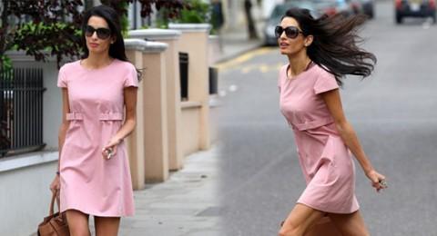 خطيبة جورج كلوني تثبت أنها صاحبة خطوات عارضة أزياء