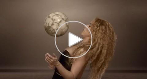 بيكيه يلقي الكرة وشاكيرا تتلقاها على صدرها في اغنية المونديال
