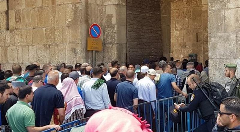 الآلاف يتوافدون إلى القدس لاداء صلاة