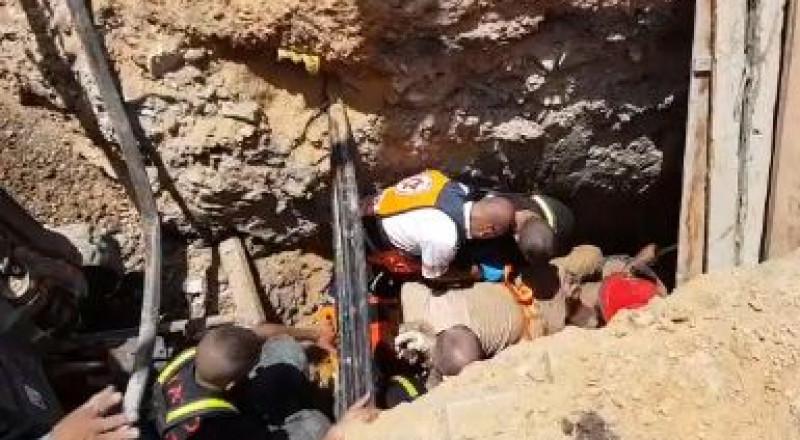 عامل يسقط في ورشة بنهاريا، وسيدة تصاب بانقلاب سيارة في كرميئيل