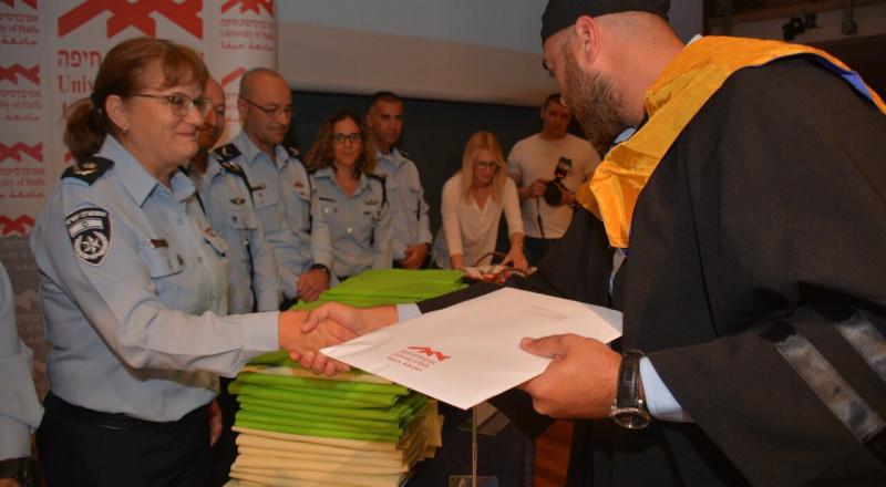 جامعة حيفا : حفل تخريج 89 شرطيا وضابطًا انهو دراستهم الاكاديمية للقب الاول