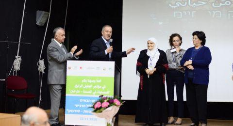 مازن عدوي رئيس مجلس طرعان المحلي يكرم المربية فاطمة سلايمة خلال مؤتمر المساواة الصحية