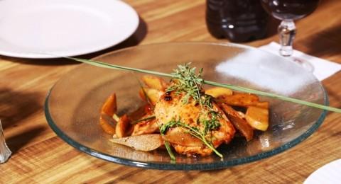طبق تشرين: صدر دجاج مع الفواكة بصلصة رب الرمان والتمر وعصير تمر هندي