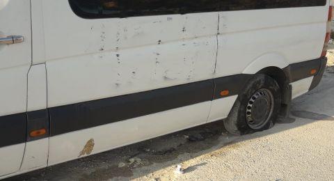 خط شعارات عنصرية وتخريب اطارات مركبات في بلدة العيسوية