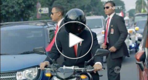 رئيس إندونيسيا يقود دراجة نارية في شوارع جاكرتا