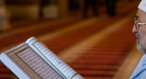 خضع لعملية جراحية بعمر 121 كي لا يحرم من قراءة القرآن الكريم