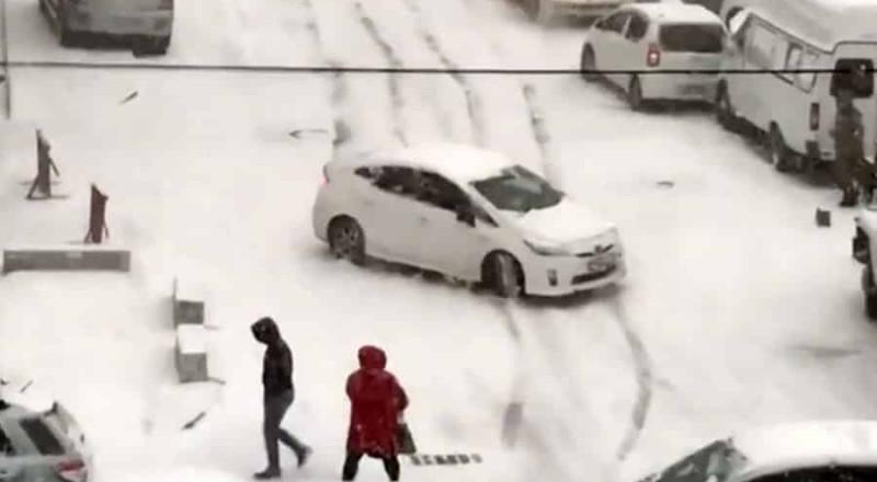 روسيا: انزلاق سيارات من أعلى تلة بعد تساقط ثلوج كثيفة