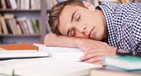 بحث: طلاب الجامعات الأكثر إصابة باضطرابات النوم