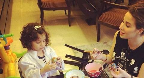 أنابيلا هلال تحتفل مع ابنتها بطريقة فنية ملفتة