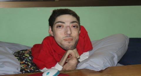 ولدت مع إعاقة جسدية بسبب مرض الرخاوي في العضلات حيث عانيت طيلة حياتي من الإعاقة الجسدية وأيضا من