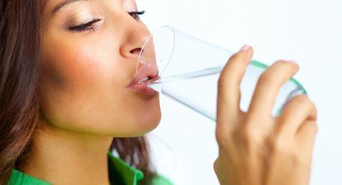 هل شرب الماء بكثرة في السحور حلًا للعطش برمضان؟