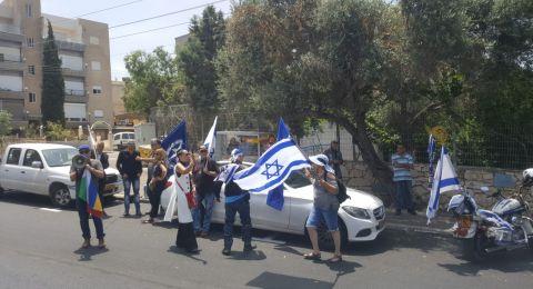 اليمين المتطرف يتظاهر قبالة بيت النائب أيمن عودة في حيفا