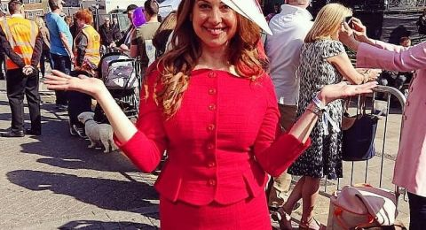 ماذا وجدت هذه النجمة داخل فستانها الأحمر!