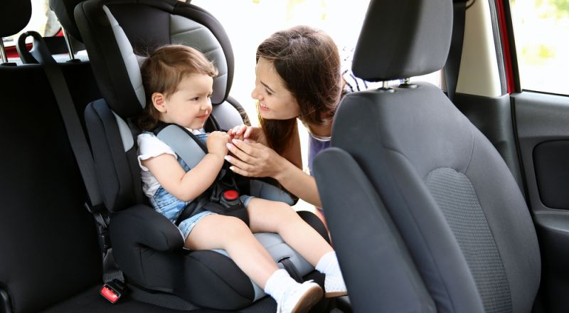 معظم الأمهات يخطئن في طريقة استخدام كرسي الأطفال!