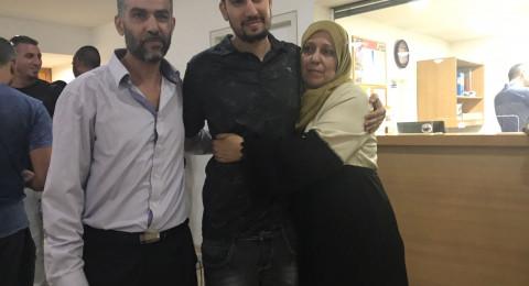 شيرين تجلس في حضن متسابقة مغربية فى the voice