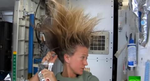 رائدة فضاء تبتكر طريقة لغسل شعرها رغم انعدام الجاذبية