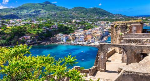تعرفوا على جزيرة ايشيا الايطالية روعة في الجمال