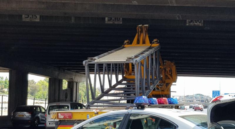 للمرة الثالثة خلال اسبوع: اصطدام شاحنة بجسر في تل ابيب