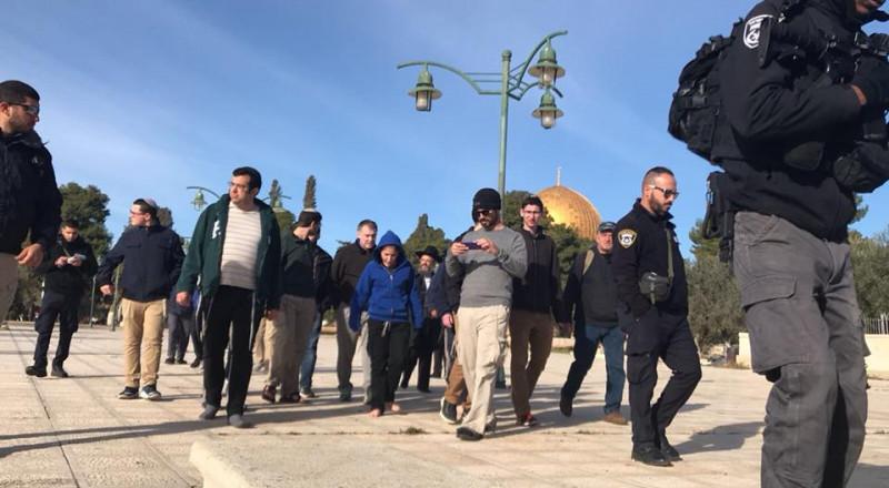 60 مستوطنا يقتحمون باحات الاقصى واعتقال حارس