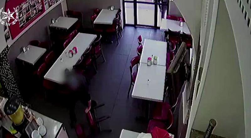 بالفيديو: لص يسرق مطعمًا في اللد ويعتدي على صاحبه