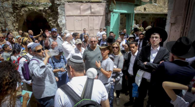 مئات المستوطنين يقتحمون مقامات عورتا شرقي نابلس
