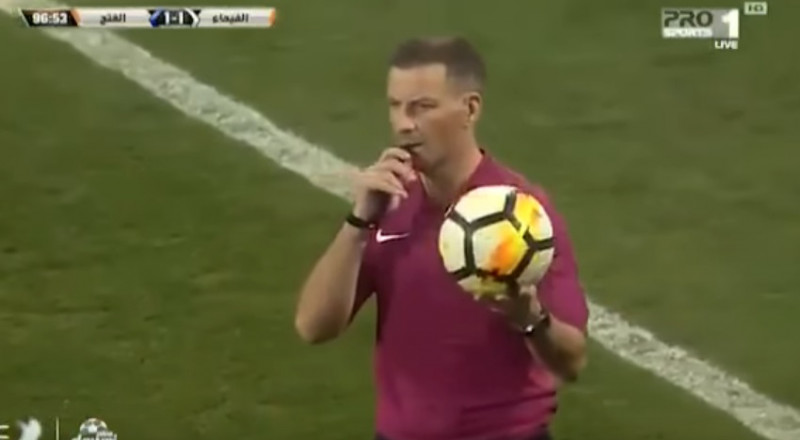 حكم إنجليزي شهير يوقف مباراة في كرة القدم فور سماعة الأذان